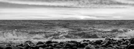 Panorama de la puesta del sol o de la salida del sol en la playa en la isla de Ruegen imagen de archivo