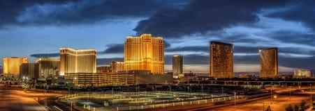 Panorama de la puesta del sol sobre casinos en la tira de Las Vegas imagenes de archivo