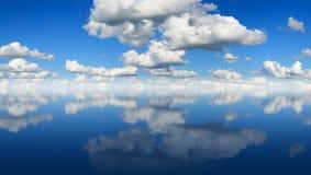 Panorama de la reflexión del cielo Foto de archivo