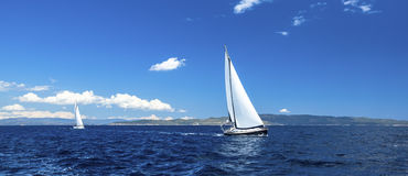 Panorama de la regata de la navegación Filas de yates de lujo en el muelle del puerto deportivo Naturaleza imagenes de archivo