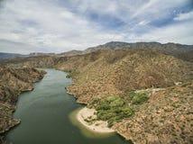 Panorama de la rivière Salt à la commande scénique de traînée d'Apache, Arizona photos stock