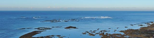 Panorama de la rotura que practica surf Fotografía de archivo libre de regalías