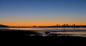 Panorama de la salida del sol de la ciudad de Auckland Foto de archivo libre de regalías