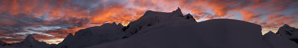Panorama de la salida del sol de la montaña fotografía de archivo