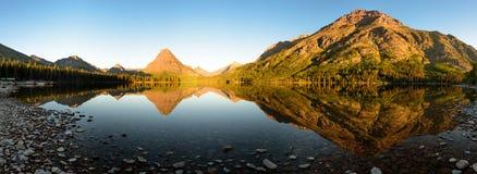 Panorama de la salida del sol del lago dos medicine Fotos de archivo libres de regalías