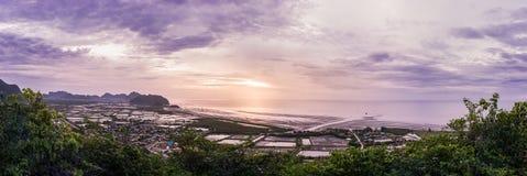 Panorama de la salida del sol en el punto de vista de Khao Daeng a la playa Foto de archivo libre de regalías