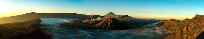 Panorama de la salida del sol en el soporte Bromo del volcán Fotografía de archivo