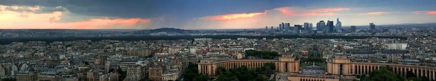 Panorama de la tarde de París en la puesta del sol de una alta torre Foto de archivo libre de regalías