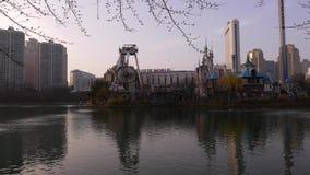 Panorama de la tarde en el parque de Lotte World Adventure, carrusel de balanceo almacen de metraje de vídeo