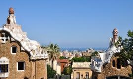 Panorama de la teja de mosaico y paisaje urbano de Barcelona en el parque famoso Guell, España foto de archivo libre de regalías