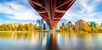 Panorama de la temporada de otoño del puente de la paz imágenes de archivo libres de regalías