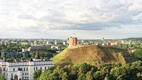 Panorama de la torre de Gediminas y de un castillo más bajo en Vilna Fotografía de archivo libre de regalías