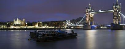 Panorama de la torre del puente de Londres y de la torre Fotos de archivo libres de regalías