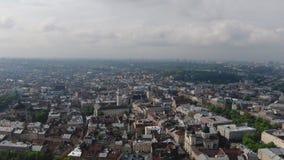 Panorama de la ville antique Les toits de vieux b?timents Église dominicaine de l'Ukraine Lviv Rues Arial LVOV, UKRAINE banque de vidéos