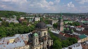 Panorama de la ville antique Les toits de vieux b?timents Conseil municipal de l'Ukraine Lviv, église dominicaine, hôtel de ville banque de vidéos
