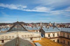 Panorama de la ville antique Toits de Lviv, Ukraine Une vue de ci-dessus au centre historique de Lviv photographie stock