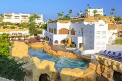 Panorama de la ville blanche à l'hôtel de lieu de villégiature luxueux tropical, Egypte photo stock