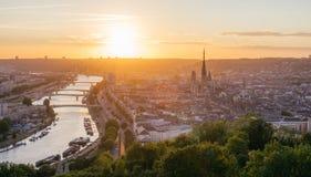 Panorama de la ville de Rouen au coucher du soleil avec la cathédrale et la Seine Photographie stock libre de droits