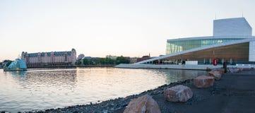 Panorama de la vista lateral del teatro de la ópera nacional de Oslo el 20 de mayo de 2014 en Oslo, Noruega imagen de archivo libre de regalías