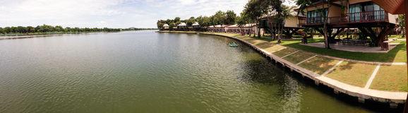 Panorama de lac et de cabanes dans un arbre resort de Chawak de bondon Images libres de droits