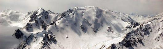 Panorama de las altas montañas Fotografía de archivo