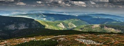 Panorama de las colinas cubiertas con el bosque verde fotos de archivo libres de regalías
