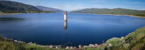 Panorama de las colinas del cielo del lago en España Foto de archivo libre de regalías