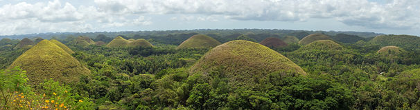Panorama de las colinas famosas del chocolate de la señal en la isla de Bohol Fotografía de archivo libre de regalías