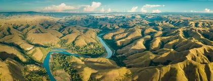 Panorama de las colinas verdes de la montaña con el río con curvas imagen de archivo libre de regalías