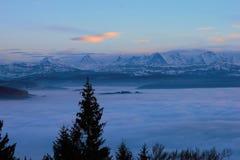 Panorama de las montañas de Bernese Montañas que se pegan fuera del mar de la niebla imagenes de archivo