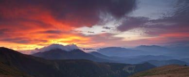 Panorama de las montañas cárpatas foto de archivo libre de regalías