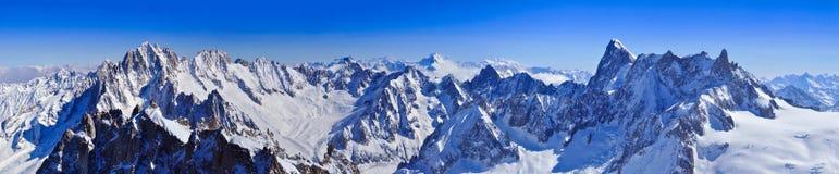 Panorama de las montañas de Aiguille du Midi Imagen de archivo libre de regalías