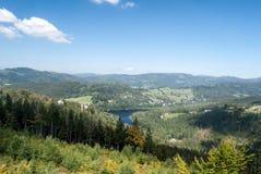 Panorama de las montañas de Beskid Slaski con Jezioro Czernianskie Foto de archivo libre de regalías