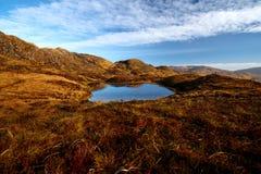 Panorama de las montañas de Bluestack en Donegal Irlanda con un lago en el frente Fotos de archivo