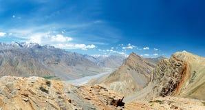 Panorama de las montañas de Himalaya de la India fotos de archivo