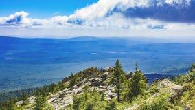 Panorama de las montañas de Ural Fotos de archivo libres de regalías