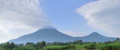 Panorama de las montañas de Virunga fotos de archivo