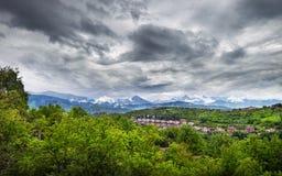 Panorama de las montañas de Zaili Alatau en Alamty Imagenes de archivo