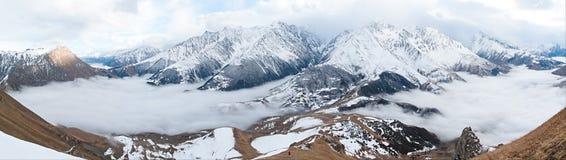 Panorama de las montañas del Cáucaso Foto de archivo