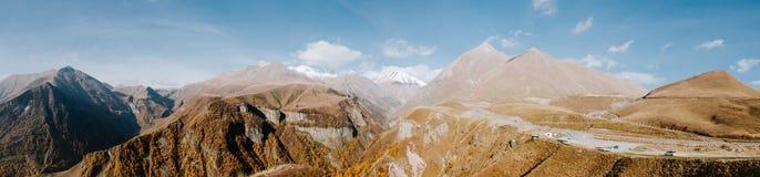Panorama de las montañas del Cáucaso en Georgia Fotografía de archivo