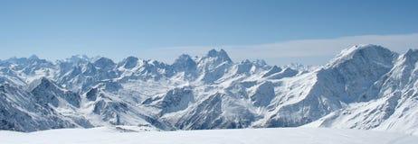 Panorama de las montañas del invierno Fotos de archivo libres de regalías