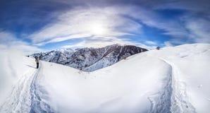 Panorama de las montañas del invierno foto de archivo libre de regalías