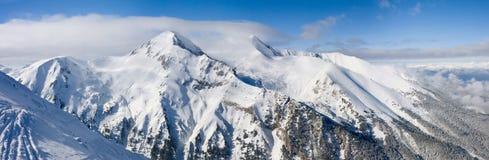 Panorama de las montañas del invierno. Bulgaria, Bansko imagen de archivo