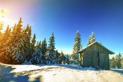 Panorama de las montañas del invierno con las casas de pastores Carpathia imagen de archivo