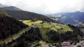 Panorama de las montañas del tiro de la cacerola del aire almacen de metraje de vídeo