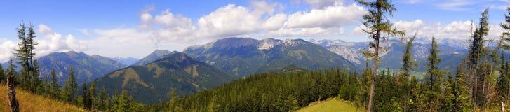 Panorama de las montañas del verde azul Imagen de archivo libre de regalías