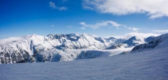 Panorama de las montañas en Bansko, Bulgaria del invierno fotografía de archivo libre de regalías