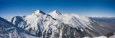Panorama de las montañas en Bansko, Bulgaria del invierno foto de archivo libre de regalías