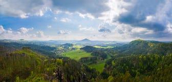 Panorama de las montañas en bosque Foto de archivo