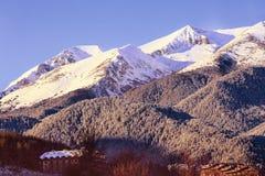 Panorama de las montañas de la nieve en la estación de esquí Bansko Fotografía de archivo